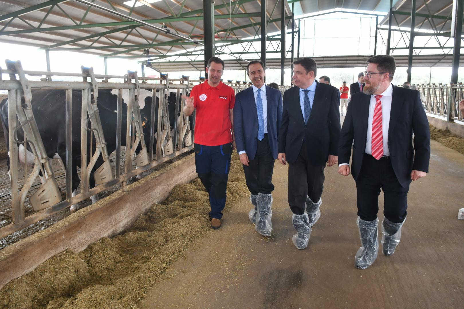 El ministro de Agricultura conoce la estrategia de COVAP en ganadería sostenible y bienestar animal | COVAP